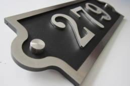 Numéro de maison de qualité original en inox et époxy noir en découpe traditionnelle, effet industriel