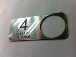 Plaquette adhésive pour bouton de sonnette ou d'ascenseur