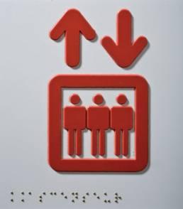 logo d'ascenseur en relief avec signalétique en braille