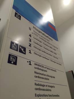 signalétique directionnelle d'hôpital moderne et bien lisible