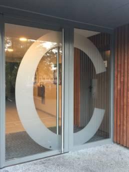 Lettrage adhésif opaque pour différencier les portes de résidences modernes