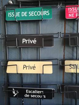 Plaquettes de porte pour les cabinets et entreprises avec le texte Privé, issue de secours, salle d'attente