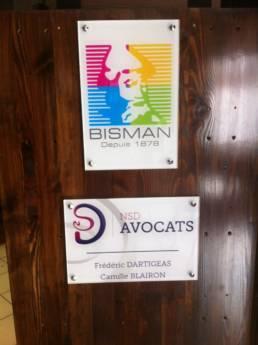 Plaque signalétique avec couleurs et logos