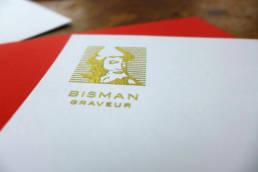 dorure en relief artisanal sur le logo pour des cartes de correspondance