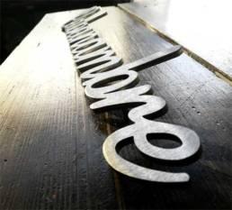 nom de maison et de gîte touristique en inox découpé Lettrage moderne