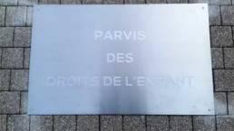 Plaque de rue fixée au sol pour le Parvis des Droits de l'enfant