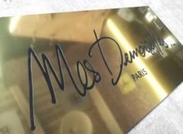Plaque en aluminium doré pour une boutique moderne Paris Lille