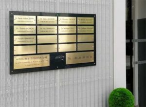 Montage de plusieurs plaques pour un cabinet médical avec téléphone et heures d'ouverture