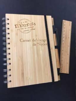 Carnet en bois gravé pour un Voyage de Noces