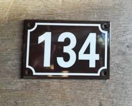Plaque émaillée de maison couleur marron et blanc