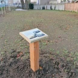 Pupitre en bois commémoratif