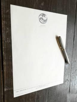 Papier à en-tête pour la correspondance des professionnelles avec de la le logo argenté