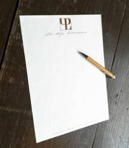 Papier à en-tête pour la correspondance pour les professionnelles avec de la dorure sur le logo