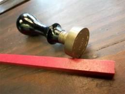 sceau pour cachet de cire avec bâton de cire rouge