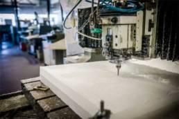 Gravure et découpe mécanique de plaque