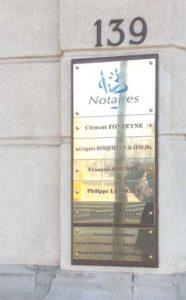 Montage de plaques en laiton pour les Notaires