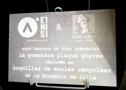 Première plaque en matériaux recyclée gravée