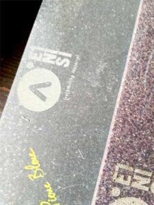 Test de gravure sur des matériaux recyclés par Etsini