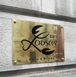 Plaque en laiton avec un logo pour un restaurant